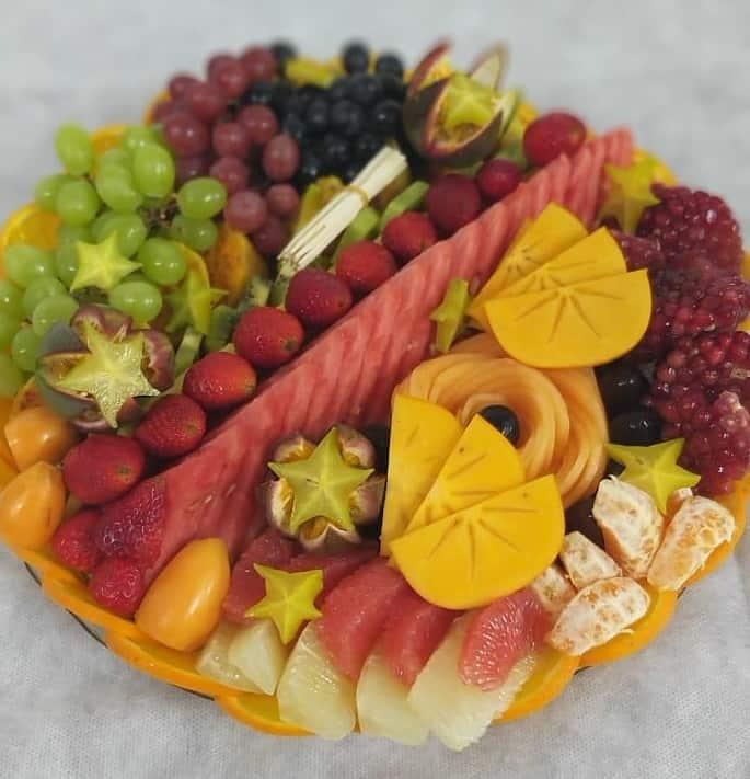 סלסלת פירות במרכז